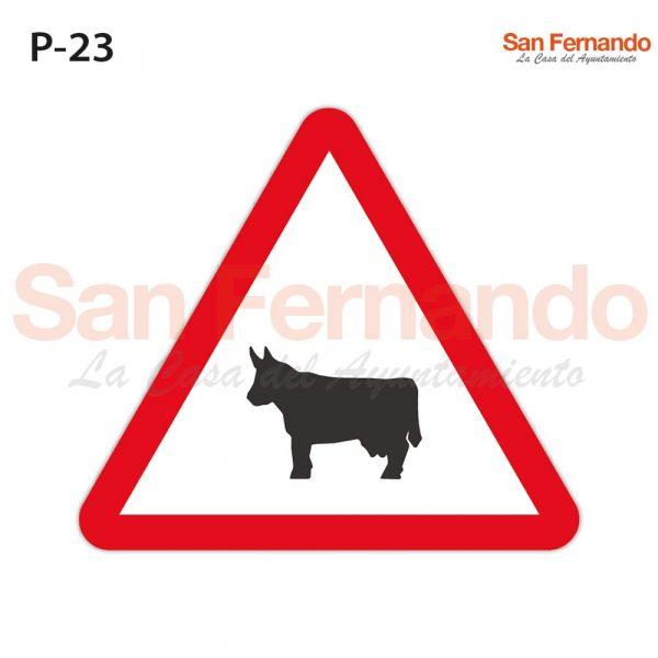 Senalizacion vertical. triangulo peligro paso animales domesticos vaca