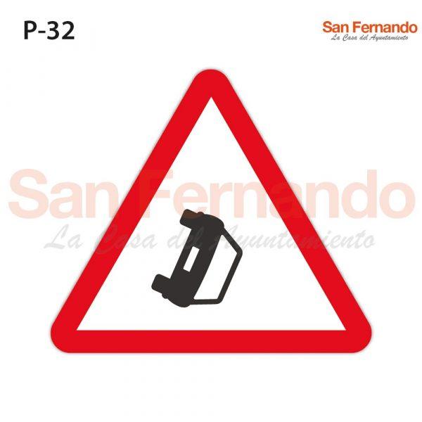 Senalizacion vertical. Triangulo peligro vehiculo volcado