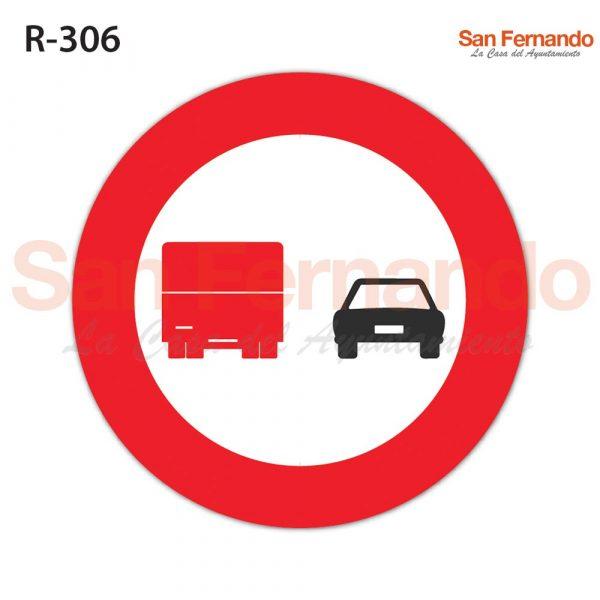 senalizacion vertical. prohibido adelantar camiones